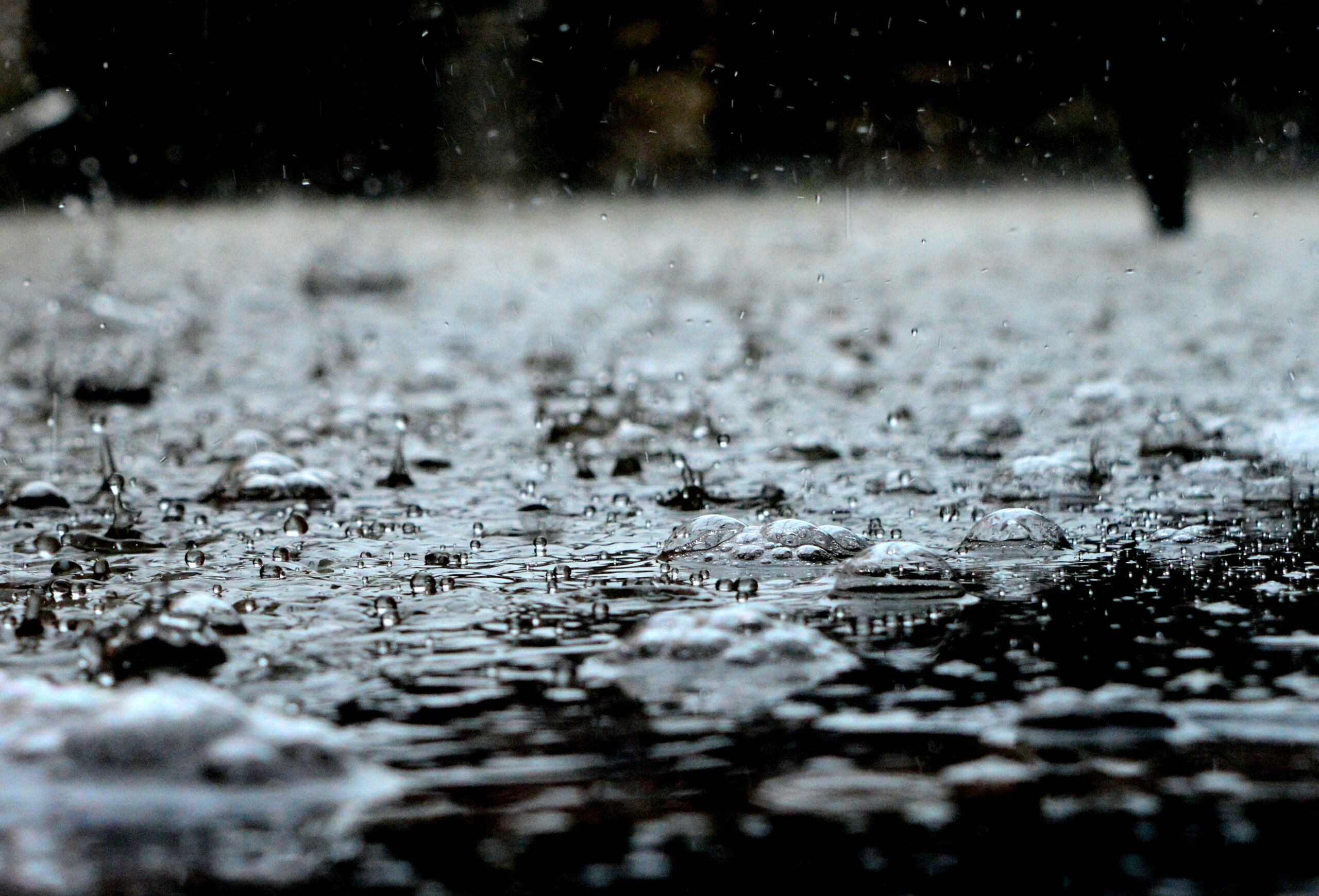 Meteorologii au emis cod galben de ploi cu descărcări electrice, grindină și vijelie