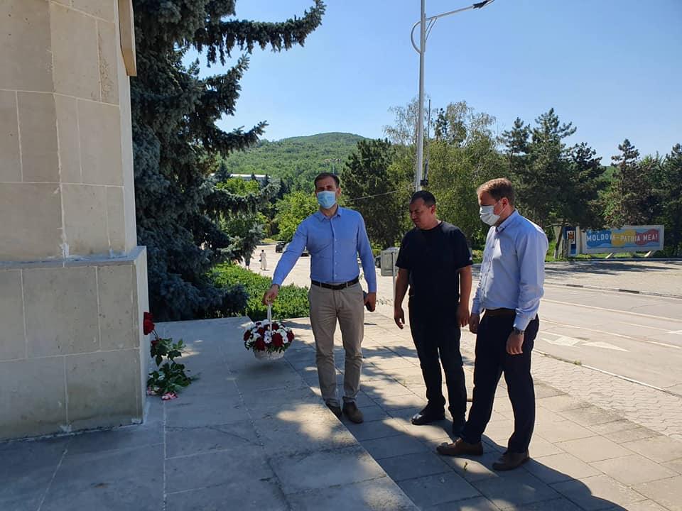 Depunere de flori la monumentul lui Ștefan Cel Mare